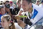 Hrdina z Ria slavil svůj triumf na Lipně s fanoušky. Ti tak mohli vidět zlatou medaili hezky zblízka.