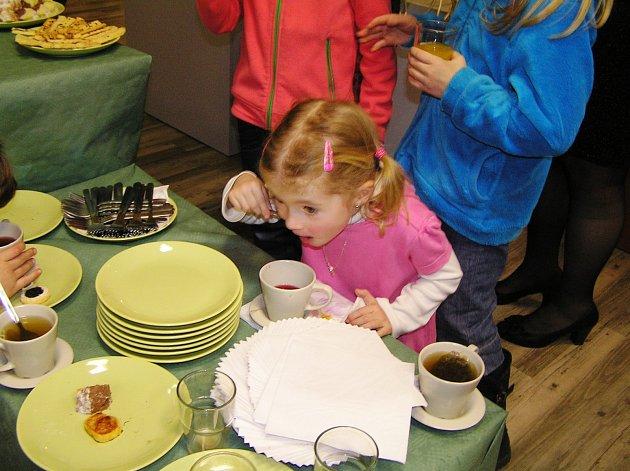 Pestrá nabídka čajů chutnala návštěvníkům vernisáže bez rozdílu věku.