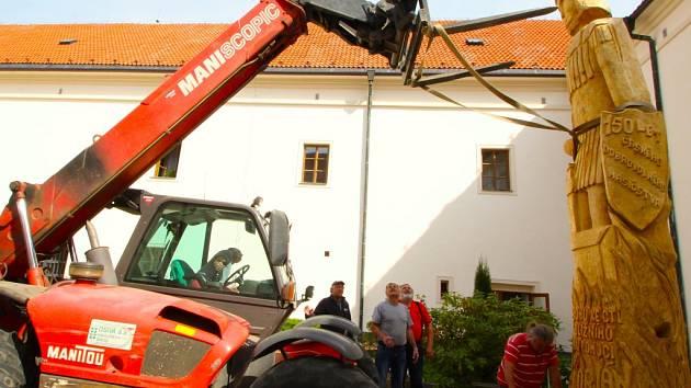 Instalace sochy sv. Floriána na nádvoří přibyslavského zámku.