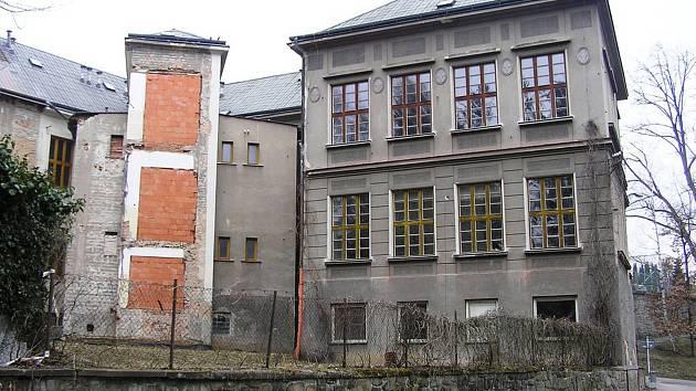 Kdysi majestátní budova chátrá, pro moderní využití se nehodí, přestavba by byla drahá.
