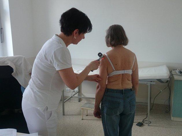Lékařka Petra Škurlová pro vyšetření kožních znamének využívá speciální dermatoskop.