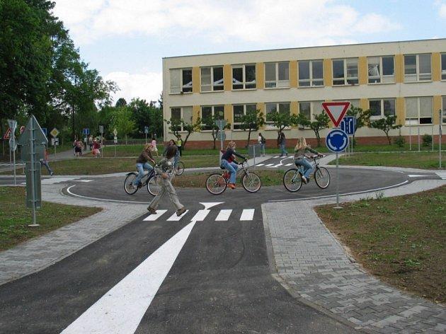 Nové hřiště. Okresní dopravní soutěž malých cyklistů se konala na nejmodernějším hřišti regionu.