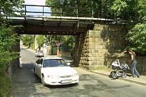 Nebezpečný viadukt. V místě pod viaduktem je silnice zúžená, nevede pod ním ani chodník. To je nebezpečné především pro školáky, kteří chodí do blízké ZŠ Lánecká.