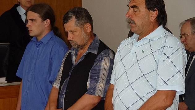 Nad železničáři padl rozsudek. Za střet vlaků ve Ždírci dostali podmínky (zleva) strojvedoucí Petr Moutelík, výpravčí Miloslav Bouška a vedoucí posunu Václav Stejskal.
