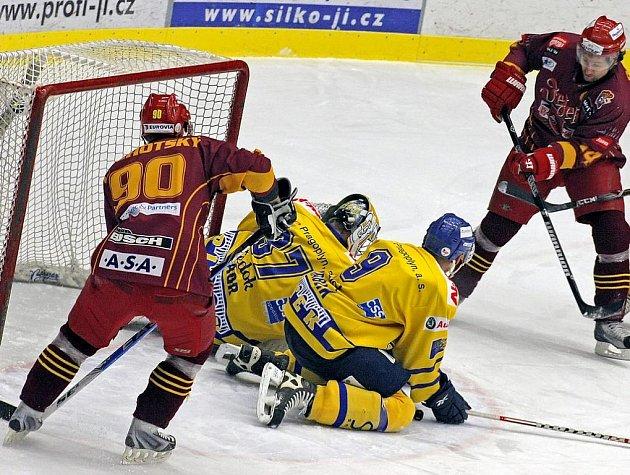 Až do 51. minuty drželi písečtí prvoligoví hokejisté na ledě Dukly Jihlava výsledek 1:1. Dukla však o svém vítězství rozhodla dvěma trefami v 51. a 53. minutě, kdy jihočeskému týmu utekla na 3:1. Písek ještě korigoval na konečných 4:2.