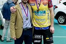 Stříbrný kouč Ondřej Marek a zlatý blokař Lubomír Staněk se jako velcí kamarádi často potkávají na sportovních akcích v Bezděkově u Chotěboře. Nyní na sebe narazili ve finále volejbalové extraligy.