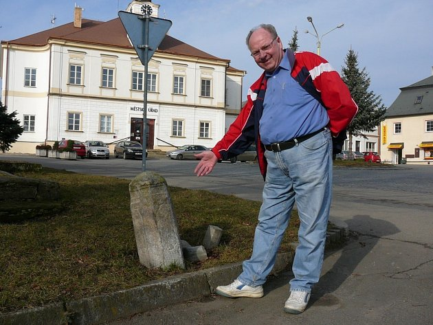 Josef Mendl ukazuje na vyšší z obou pranýřů na haberském náměstí. Z menšího dnes kvůli zvednutému terénu kouká pouze hlava. Obnovení a propagaci by si ale oba zasloužily.