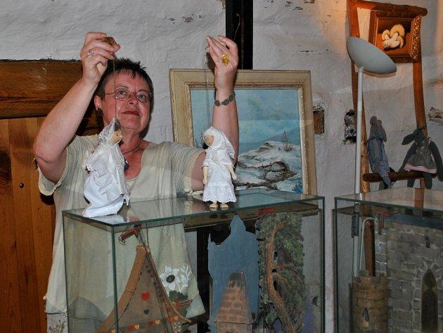 Po celé léto je ve Štáflově chalupě k vidění také expozice ručně zhotovených kulis a loutek rodinou Štáflových. Na snímku průvodkyně Jana Kotěrová představuje ručně zhotovené loutky a vystavené kulisy.