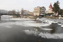Poklidné tání. Řeka Sázava ale již několikrát v minulosti dokázala, a to přímo ve Světlé,  že se umí rychle změnit v mohutný a nebezpečný tok.   Protipovodňová opatření jsou proto namístě.