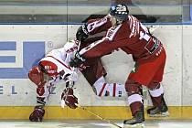 Hokejisté Pelhřimova (v tmavém při derby se Žďárem) v neděli nevstřelili Hodonínu ani jeden gól.
