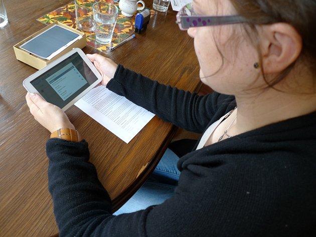 On-line tlumočnickou službu nonstop nabízí postiženým v nemocnici tablet.