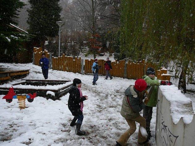 Radost mají hlavně děti. První dny vydatné sněhové nadílky zaskočily všechny kromě dětí.