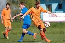 Prohrou - tak zahájil vstup do I. A třídy nováček z Mírovky (v oranžovém), který výsledkově propadl v Leštině.