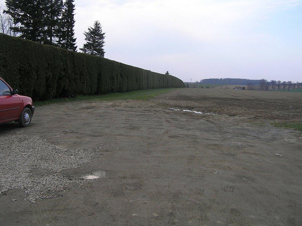 Sousedství obchodu na pozemku u hřbitova budí v některých obyvatelích města rozpaky.