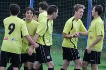 Pětkrát se radovali fotbalisté brodského béčka ve Věžnici. Úvodní gól zaznamenal Danil Hejkal (vpravo).