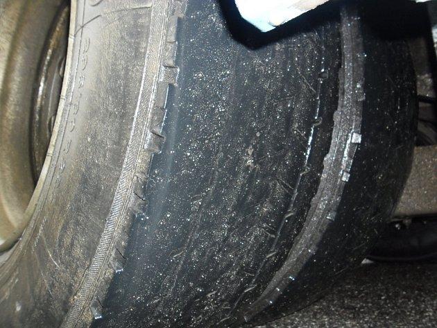 Takhle vypadalo kolo zadní nápravy linkového autobusu Mercedes firmy Icom transport, který přijel ve čtvrtek na jihlavské nádraží.Na vnější straně již nemají pneumatiky žádný vzorek.