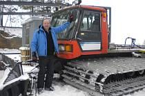 Rolba. Člen Lyžařského klubu Kadlečák Josef Pejchar má na starosti úpravu sjezdovky. Když večer odejdou poslední lyžaři, usedá do stroje a začíná jeho pracovní hodinka. Potom zkontroluje, jestli je vše v pořádku a areál je připraven na druhý den.