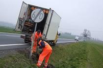 V úterý dopoledne opravovali silničáři u výpadovky směrem na Kolín poničené dopravní značení.
