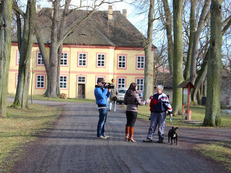 Televizní štáby natáčely také v Pohledu, kde dotyčný sloužil mše.