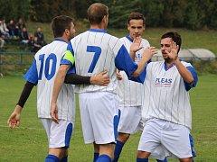 Radost z fotbalu si letos užívají v Přibyslavi.V Herálci Přibyslavští vyhráli 2:0, když se o první gól z pokutového kopu postaral Jaromír Vopršal (druhý zprava).