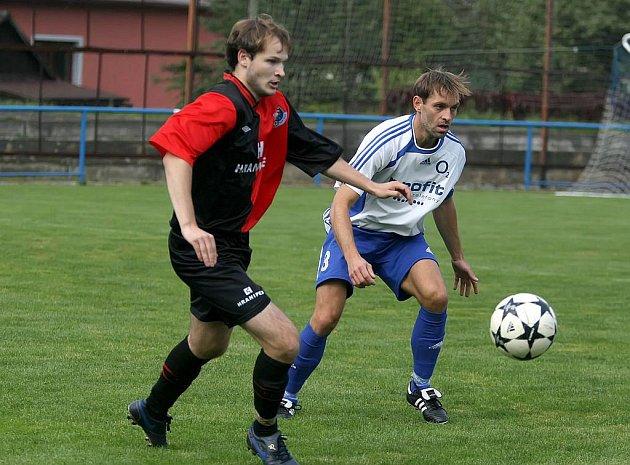 Herálecký obránce Jiří Stojan (v bílém dresu v souboji s Filipem Kubíčkem) sice dal gól, ale aspoň na bod to jeho týmu nestačilo.
