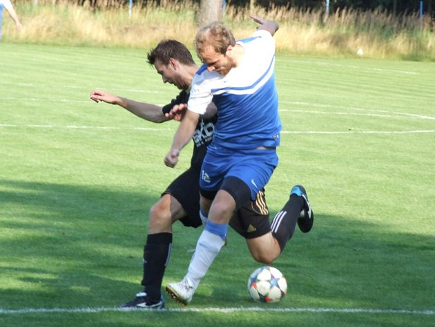 Fotbalisté Želetavy (v bílo-modrém) deklasovali v prvním kole Ježek Cupu Hartvíkovice 6:0. V neděli je ale čeká těžší soupeř, kterým bude výběr Sapeli Polná.