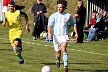 Sedmigólovým  je koželský útočník Martin Trpišovský (u míče), kterého v zápase s Dlouhou Vsí (3:4) stíhá navrátilec na rodnou půdu Milan Freudenreich. Ten oblékal i dres třetiligového Žďáru nad Sázavou.