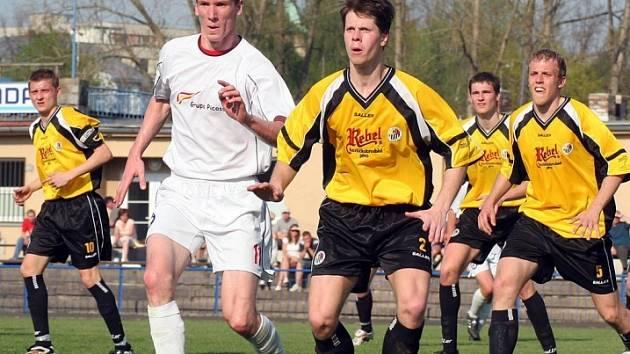 Kráčí za postupem. Fotbalisté Havlíčkova Brodu (ve žlutém dresu v popředí Michal Mišta) si výhrou v Okříškách zajistili nejlepší výchozí pozici v boji o postup do divize.
