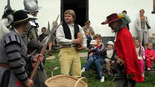 Sedláku co dáš? Starosta Jindřich Holub coby sedlák z doby třicetileté války musel dát ze svých skromných zásob většinu potravin hladovým žoldákům. Odmítnutí nebyla odpověď.