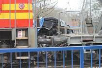 """Lokomotiva doslova """"roztrhla"""" osobní auto na dva kusy."""