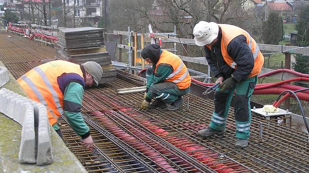 Poslední práce na rekonstrukci mostu přes Šlapanku v Havlíčkově Brodě na ulici Mírová provádějí dělníci z firmy Firesta.