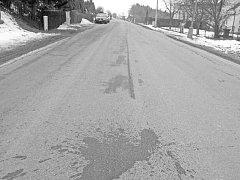 Stopy krve. Pobodaný mladík stačil ještě vyběhnout před dům, kde krvácel. Tragédii následně připomínaly kaluže krve na silnici.