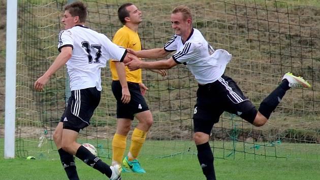 Oslavu ze vstřeleného gólu si užívali fotbalisté brodského Slovanu (v bílém), kteří vyhráli v Chotěboři 2:0. Autorem první trefy byl Ondřej Štědrý (č. 17).