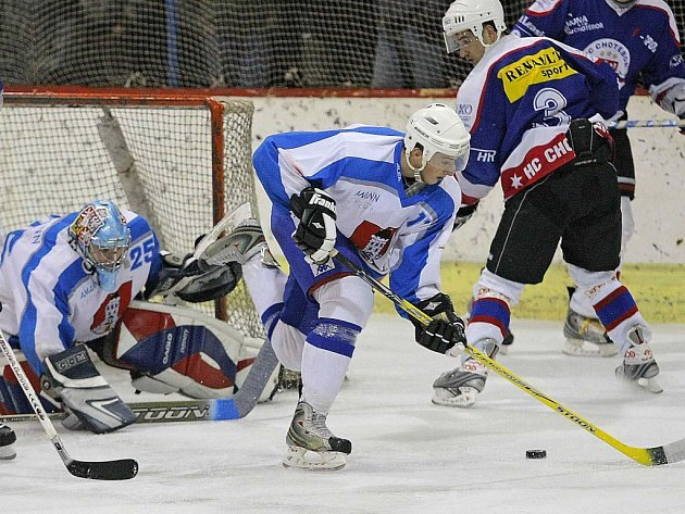 Světelští hokejisté (ve světlých dresech) dál kralují první krajské hokejové lize. Ve středu večer si poradili s Chrudimí B 7:3.