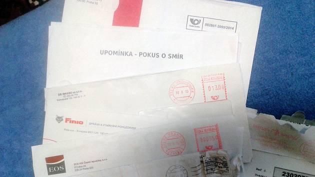 Obálky, které chodí Dobrovolné od vymahačských a splátkových společností. Reprofoto.