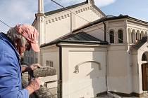 Za neuvěřitelné čtyři měsíce byla v roce 1871 v Golčově Jeníkově postavena synagoga. Patří k nejmohutnějším židovským památkám vČeské republice. Oprava její fasády byla dokončena před nástupem zimy.