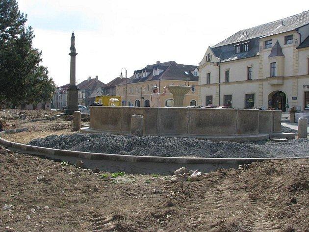 Ačkoli se to nezdá, již do dvou měsíců by mělo být náměstí v Golčově Jeníkově jako ze škatulky. Pracuje se proto neustále i na těch nejmenších detailech.