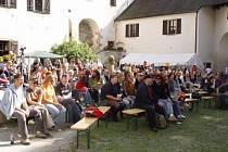 Hrad plný pohody a jazzu. Kromě pořádné dávky kvalitní hudby čeká na návštěvníky sobotního festivalu na Roštejně i doprovodný program v podobě pouličního divadla, ukázky vyřezávání loutek nebo ručních prací.