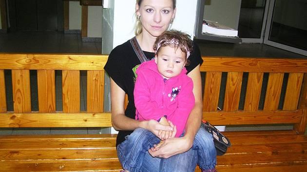 Dvouletá Terezka opět slyší hlas své maminky díky implantátům.