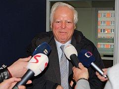 Josef Spour před mikrofony novinářů.