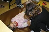 Výuku první pomoci mají na Brodsku na starost letoři Červeného kříže, kteří pro malé zdravotníky pořádají i odborné soutěže.