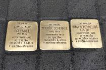Německý umělec a autor projektu Stolpersteine Gunter Demnig ve středu u chotěbořského informačního centra instaloval tři nové kameny zmizelých. Ty připomínají rodinu Schenkelových.