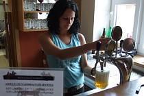 Z pípy v restauraci Džekova ranče teče nefiltrovaná a nepasterizovaná kvasnicová světlá jedenáctka nebo třináctka.