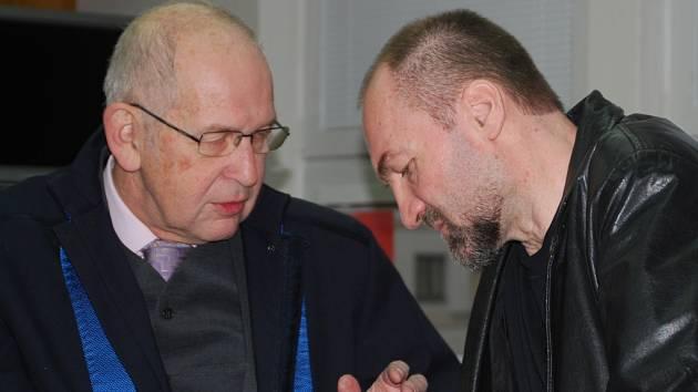 Kněz Erik Tvrdoň se úterního jednání Okresního soudu v Havlíčkově Brodě nezúčastnil. Na archivním snímku rozmlouvá se svým obhájcem Petrem Cardou. Podle obžaloby spáchal Tvrdoň devět trestných činů na pěti ženách.