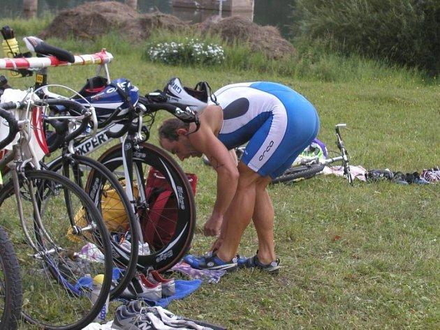 Rychle z depa. Vítěz Chotěbořského triatlonu Tomáš Bednář se připravuje na cyklistickou část.