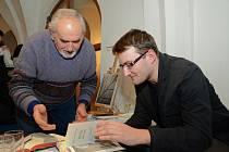 Autor. Michal Kamp podepisuje výtisk deníku Vojtěcha Weidenhoffera jednomu ze zájemců.