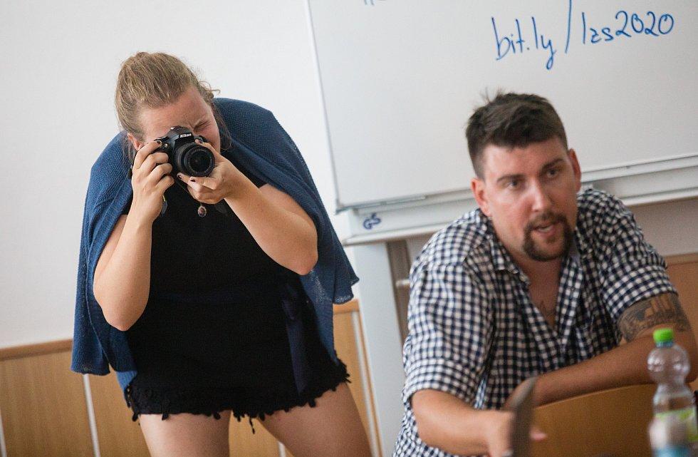 Studenti během prvního pracovního dne Letní žurnalistické školy v Havlíčkově Brodě.