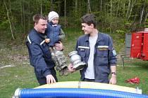 Malý hasič. Tříletému Matýskovi starší kolegové trpělivě ukazují techniku. Třeba bude i on jednou členem výjezdové jednotky.