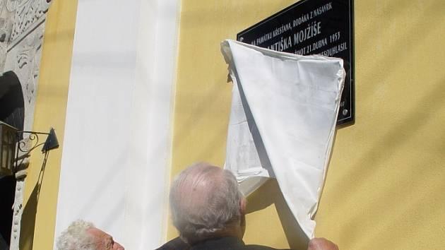 Pamětní deska. Upomínka na Františka Mojžíše je na kostele svatého Václava ve Vilémově klášteře.