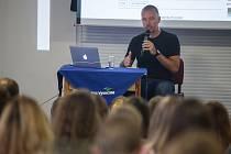 Hostem jednoho z ročníků Letní žurnalistické školy v Havlíčkově Brodě byl i novinář Martin Veselovský.